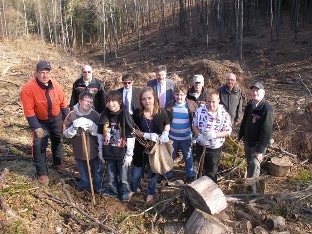 Der rsplus io gemeinsam mit mitarbeitern des forstamtes einpflanzten